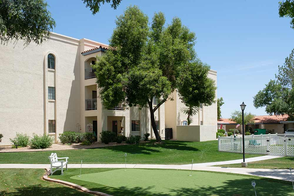 Photo of putting green & dog park at senior living community in Phoenix